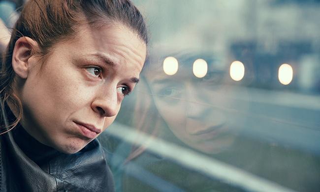 Femme isolée et seule dans un bus